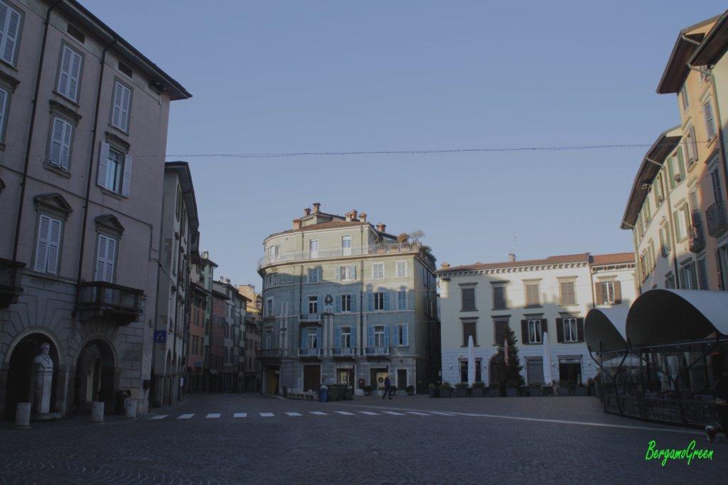 Piazza pontida l ombelico di bergamo for Mercatini bergamo e provincia oggi